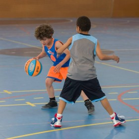 ballon-basketball-enfant-wizzy-taille-5-fiba-orange-bleu.jpg